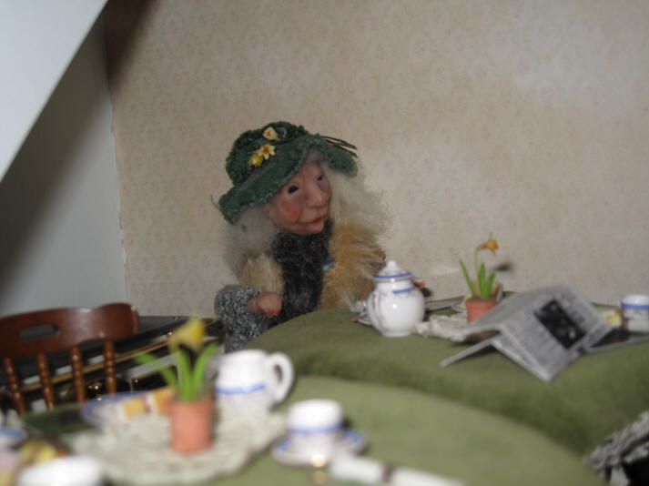 A close up of Rita with the daffodils in her hat!
